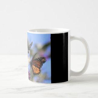 tasse de café avec la satisfaction de papillon…