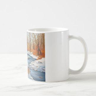 Tasse de café avec la scène de ruisseau d'hiver