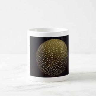 Tasse de café avec l'image allumée de sculpture en