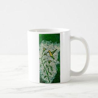 Tasse de café avec l'oiseau et le chardon de