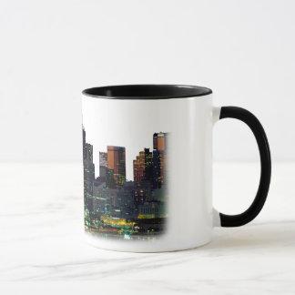 Tasse de café blanc avec l'horizon de Dallas le