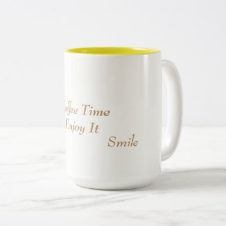 Tasse de café blanche et jaune