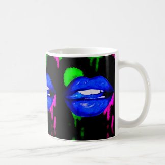 Tasse de café bleue au néon de lèvres de peinture