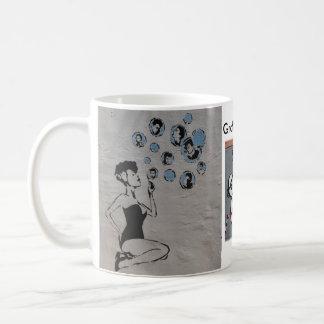Tasse de café comportant l'art original de rue de