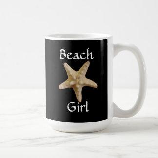 Tasse de café de fille de plage