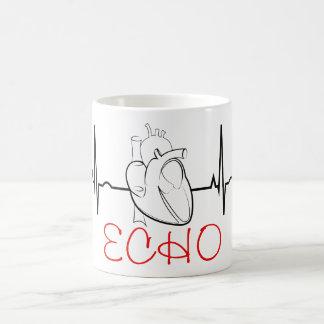 Tasse de café d'écho avec l'ECG et le coeur