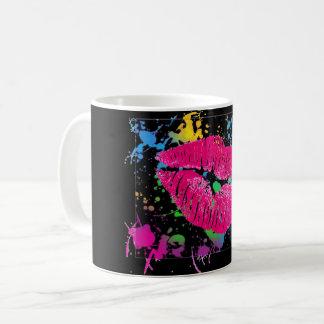Tasse de café d'éclaboussure de peinture de lèvres