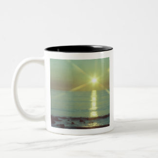 Tasse de café d'océan de coucher du soleil