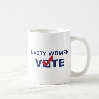 Tasse de café méchante de vote de femmes