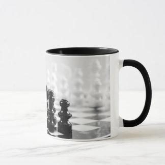 Tasse de café noire et blanche d'échiquier