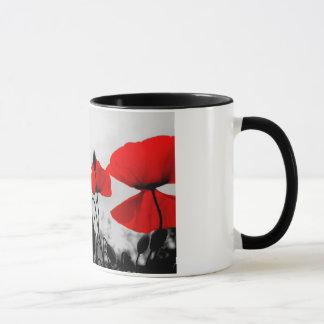Tasse de café rouge de pavots