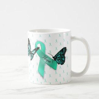 Tasse de café turquoise de rubans d'espoir de