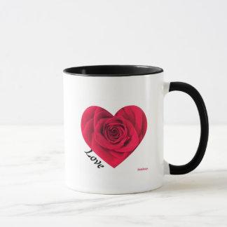 Tasse de coeur de rose rouge