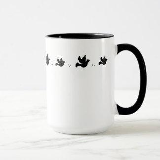 Tasse de colombes de vol