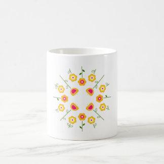 Tasse de concepteurs : avec les fleurs jaunes