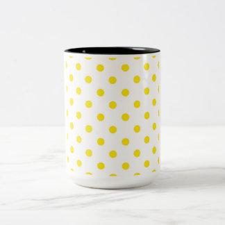 Tasse de concepteurs avec les points jaunes