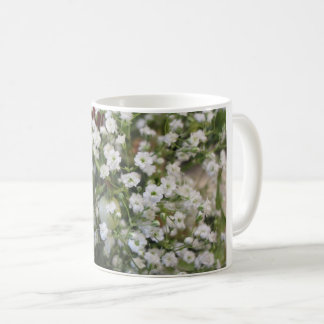 Tasse de fleurs blanches