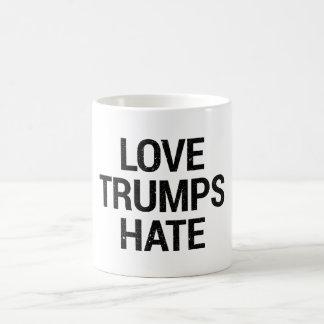Tasse de haine d'atouts d'amour