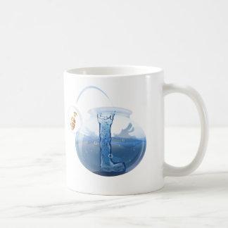 Tasse de l'eau de cuvette de poissons