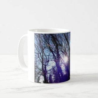 Tasse de lever de soleil de forêt