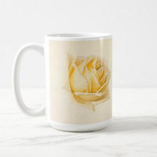 Tasse de peinture de fleur de rose jaune