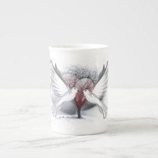 Tasse de porcelaine tendre de colombes d'amour