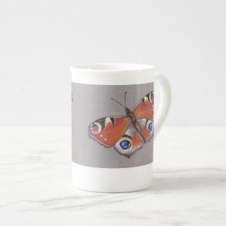 Tasse de porcelaine tendre de papillon de paon
