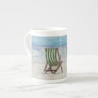 Tasse de porcelaine tendre décorée de 2 chaises