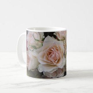 Tasse de roses blancs