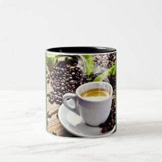 Tasse de tasse à deux tons de café et de grains de