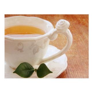 Tasse de thé avec la carte postale en bon état