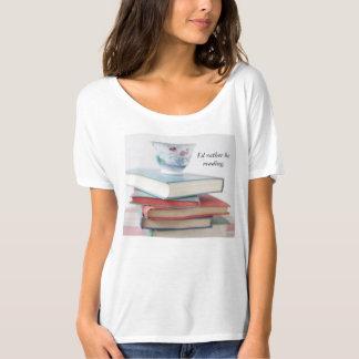 Tasse de thé sur la pile de livre t-shirt