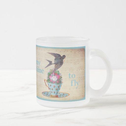 Tasse de thé vintage, roses, et hirondelle de vol