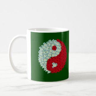 Tasse de Yin Yang de roses blancs et rouges