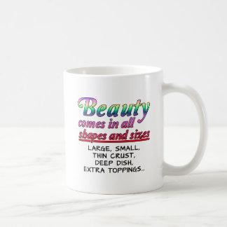 Tasse drôle de formes et de tailles de beauté