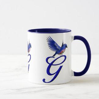 Tasse élégante décorée d'un monogramme d'oiseau