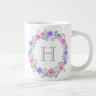 Tasse enorme décorée d'un monogramme de rose et de