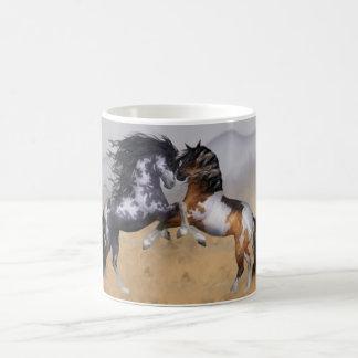 Tasse équine d'imaginaire de chevaux sauvages