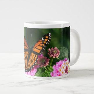 Tasse Géante Beau papillon sur la fleur de Lantana