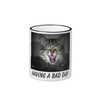 Tasse grincheuse de chat de grondement