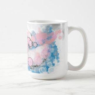 Tasse grise, rose, et bleue rêveuse