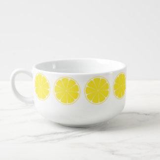Tasse jaune lumineuse de soupe à tranche d'agrumes
