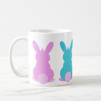 Tasse mignonne de lapin de Pâques dans des