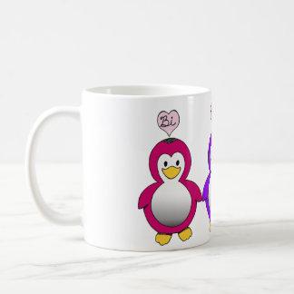 Tasse mignonne de pingouins d'amour de Bi de fiert