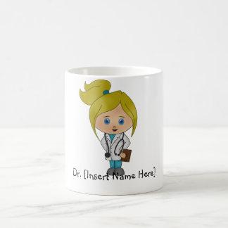 Tasse mignonne personnalisée de femme docteur -
