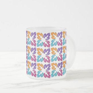 Tasse multicolore en verre givré de motif de
