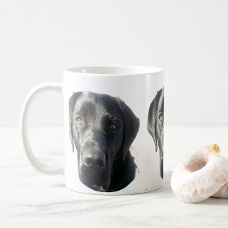 Tasse noire de labrador retriever
