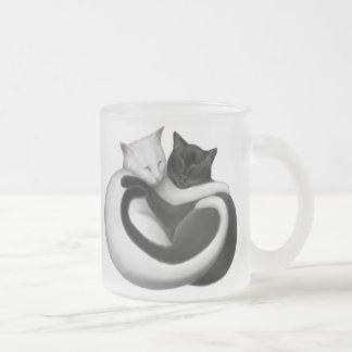 Tasse noire et blanche de chats d'amour