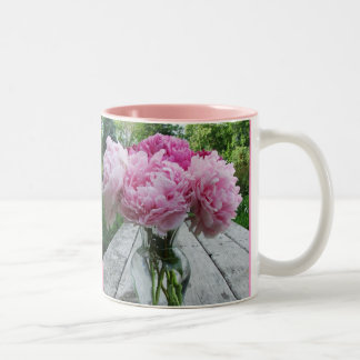 Tasse rose de disposition de vase à pivoines de