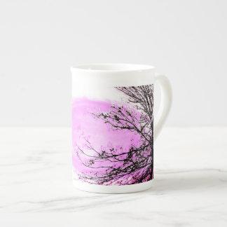 Tasse rose de porcelaine tendre de forêt par Jane